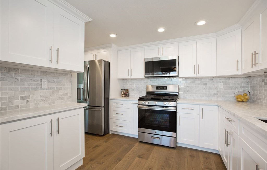 Own A House That Looks Like It Belongs In The Hamptons Kitchen Cabinets South El Monte